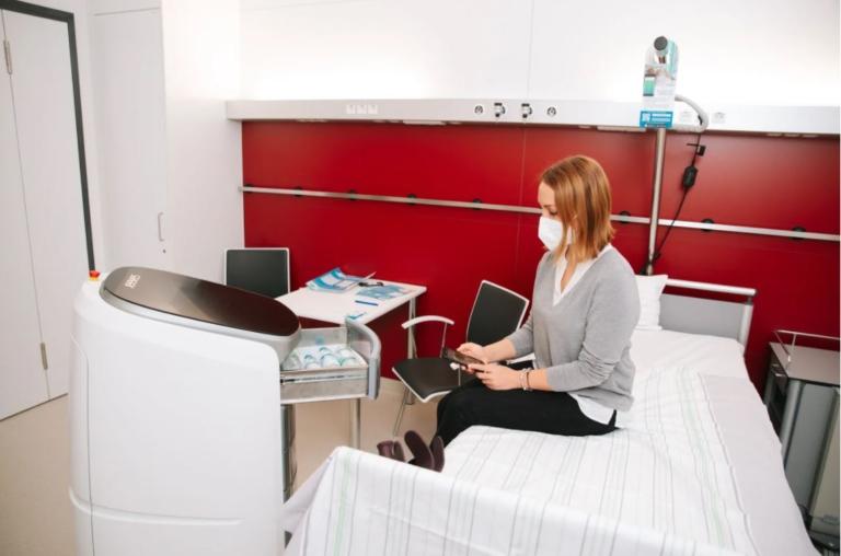 Statt eines Pflegers oder einer Pflegerin könnte künftig ein Roboter ans Krankenbett kommen, um zum Beispiel ein Getränk zu bringen. Cliniserve CARE im EInsatz bei der Testung für das REsPonSe BMBF Projekt